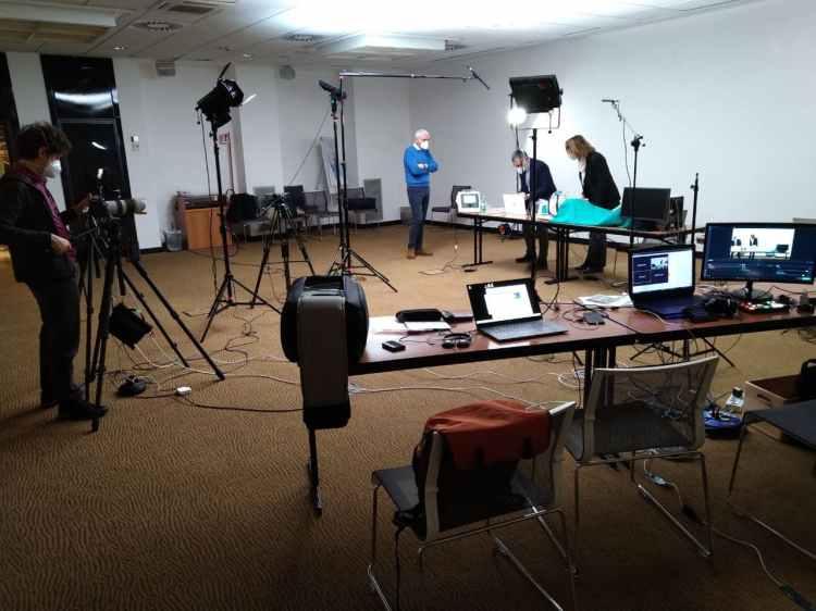 Mixer video blackmagic atem mini, cuffie rode, loupedeck live, alinware pc, streamlabs