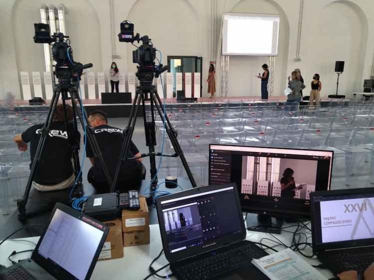 Pc, monitor di controllo, videocamere sony fs7, compasso d'oro 2020
