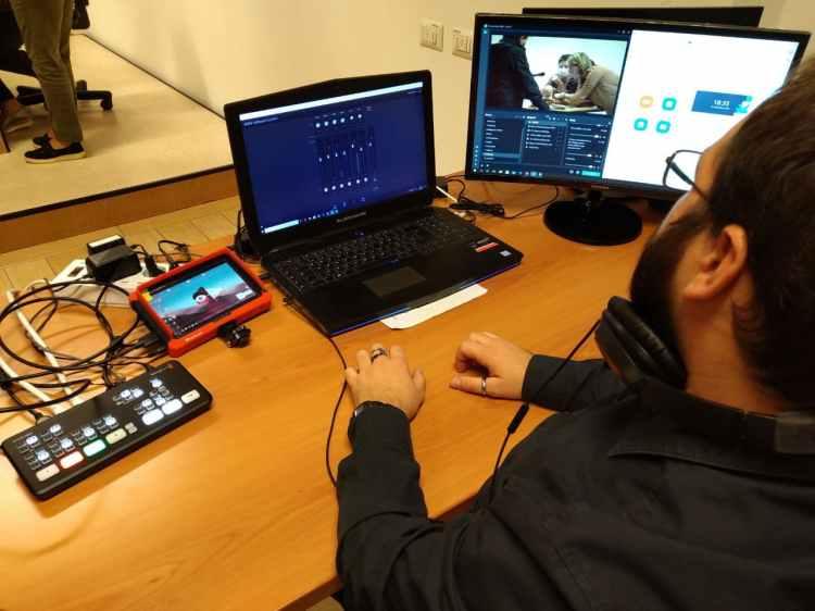 Mixer video, pc e monitor di controllo pronti per realizzare una diretta streaming